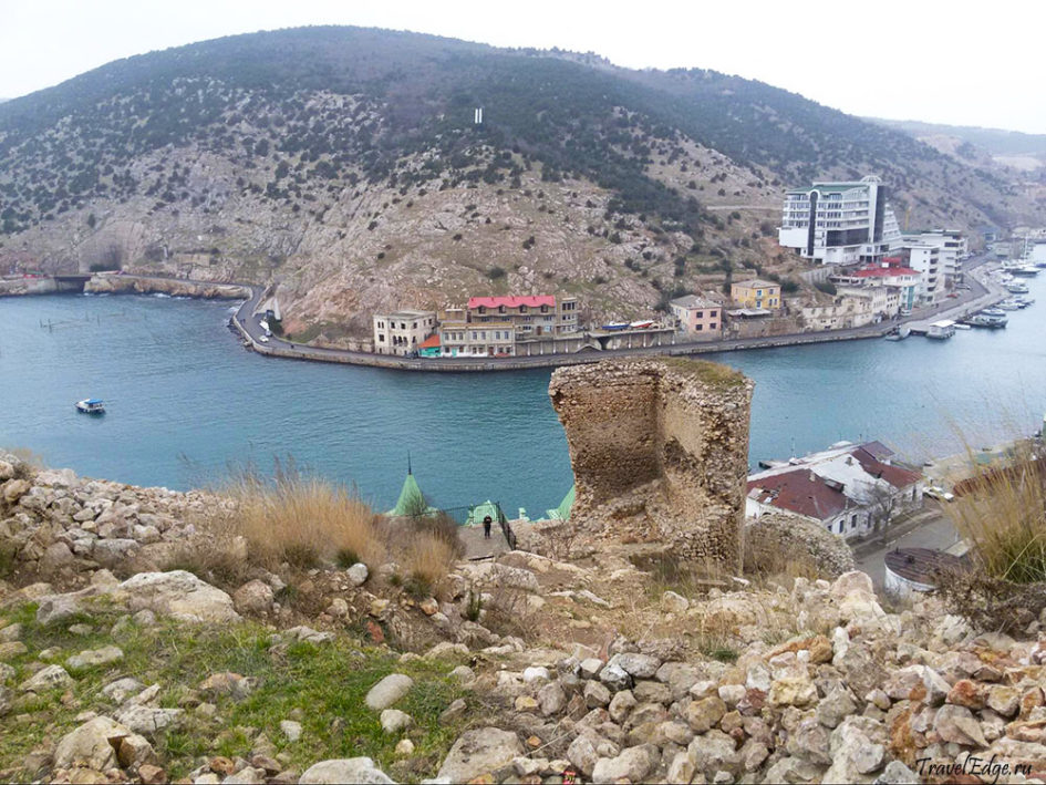 Руины генуэзской крепости Чембало. Вход в Балаклавскую бухту