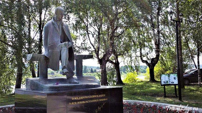 Памятник Николаю Рубцову на набережной Сухоны. Тотьма, Вологодская область