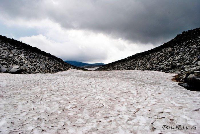 Ледник между скал, восхождение на гору Народную