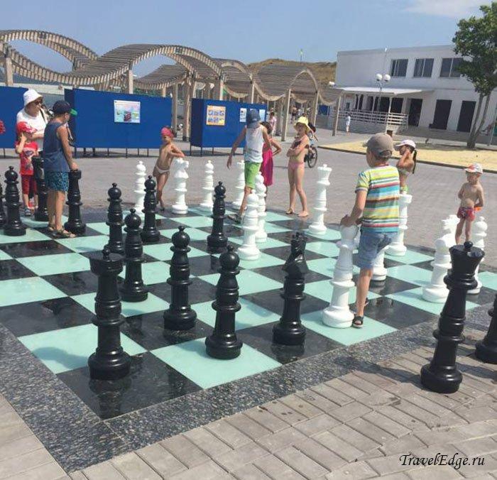 Гигантские шахматы на пляже Солнечном в Стрелецкой бухте, Севастополь