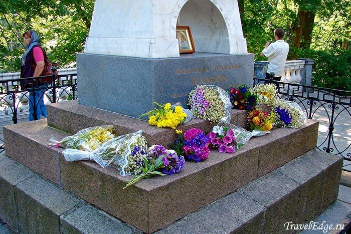 Крест на могиле Александра Сергеевича Пушкина