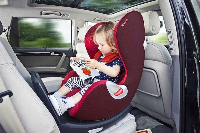 Ребёнок читает книжку в дороге