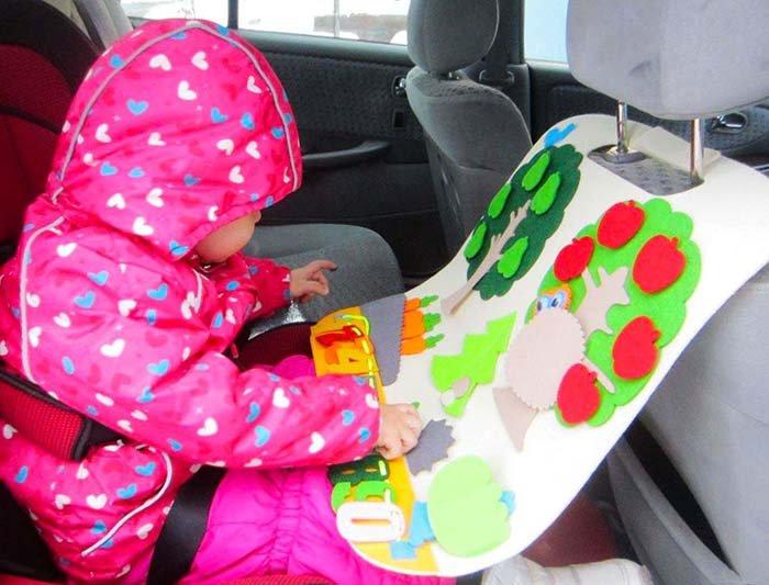 Ребёнок играет в дороге