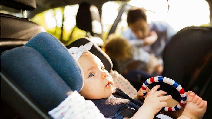 Ребёнок едет в автокресле
