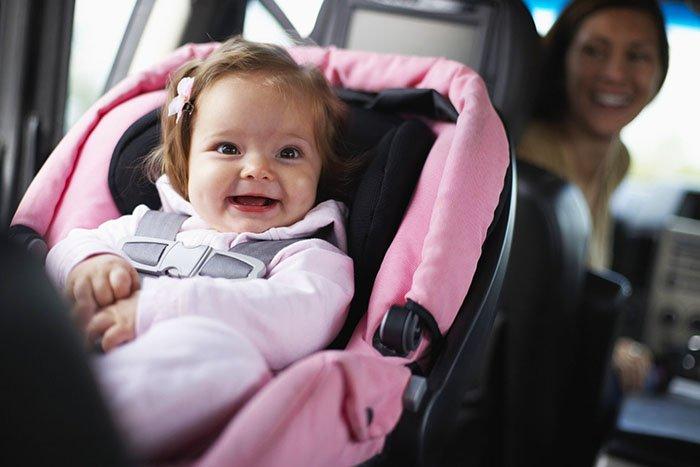 Ребёнок сидит в автокресле