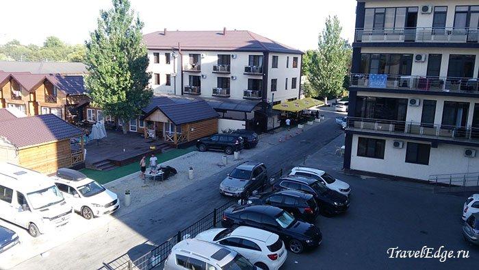 Вид с балкона на соседние отели и парковку, отель «Белый песок», Джемете