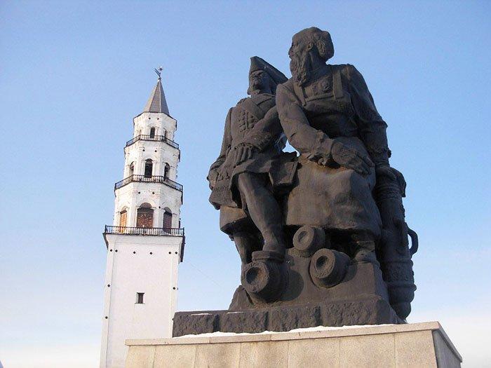 Невьянская наклонная башня и памятник Петру I и Никите Демидову, Свердловская область