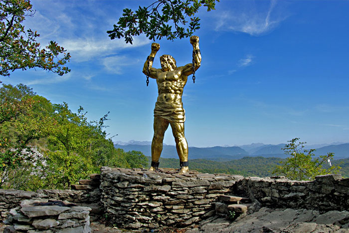 Статуя Прометея, окрестности Агурских водопадов