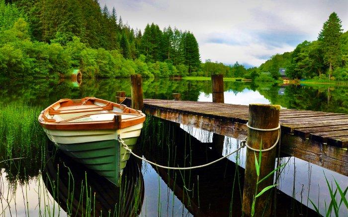 Деревянная пристань на озере