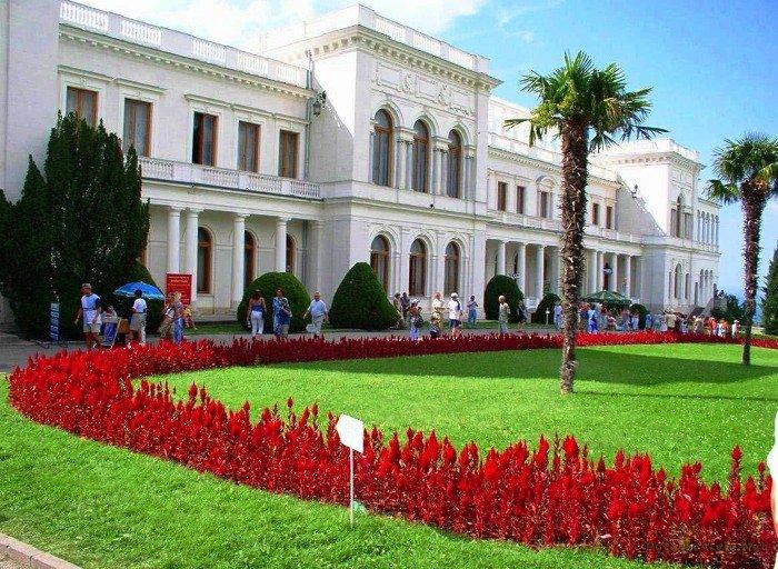 Ливадийский дворец на крымском побережье