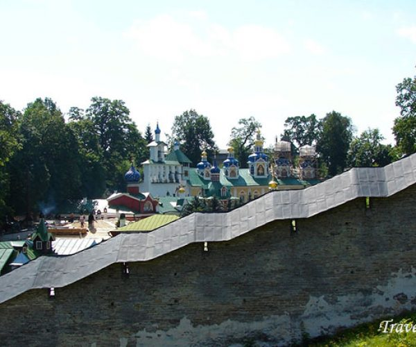 Вид на Псково-Печорский Успенский монастырь